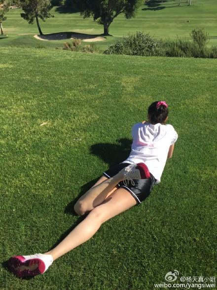 //@宋佳: 本来说是跑步,结果跑了两步就改躺着晒太阳了。生命在于躺着,你说是不?[doge][doge][doge]// @杨天真小姐: 大长腿在洛杉矶@宋佳
