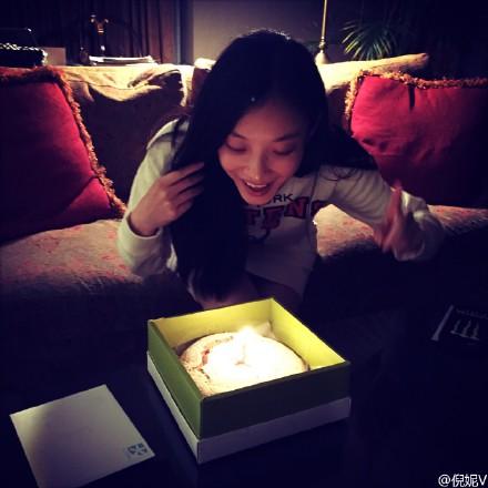 @倪妮V: 感激圆圆姐跟Mark哥给我的生日惊喜[心]@高圆圆 @HERO趙又廷 今年因为时差貌似要过两次生日,北京的过完了,加拿大的才刚刚开始[哈哈]感谢一路陪伴的小伙伴们,有心了[鲜花]